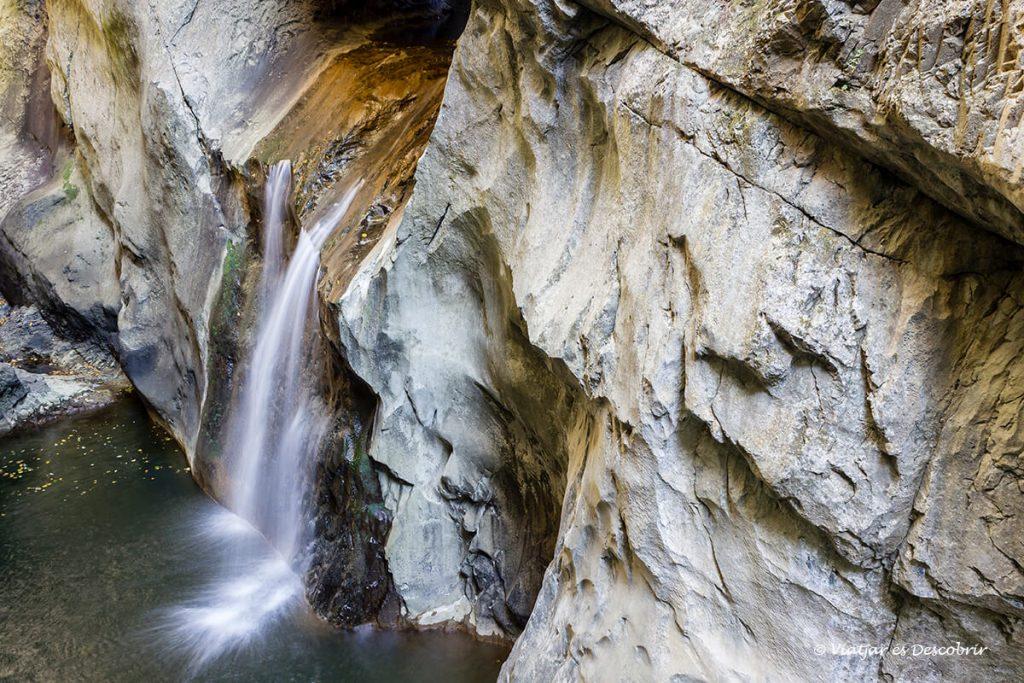 la cova Škocjan té a l'exterior algunes cascades