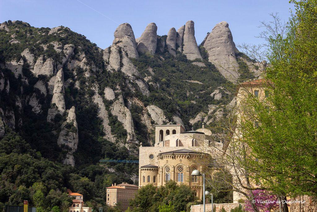 monestir de montserrat i les agulles al fons