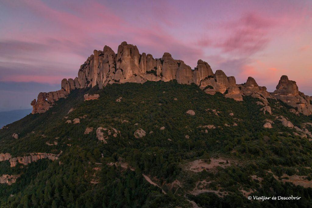 colors de la posta de sol sobre la muntanya de montserrat a catalunya